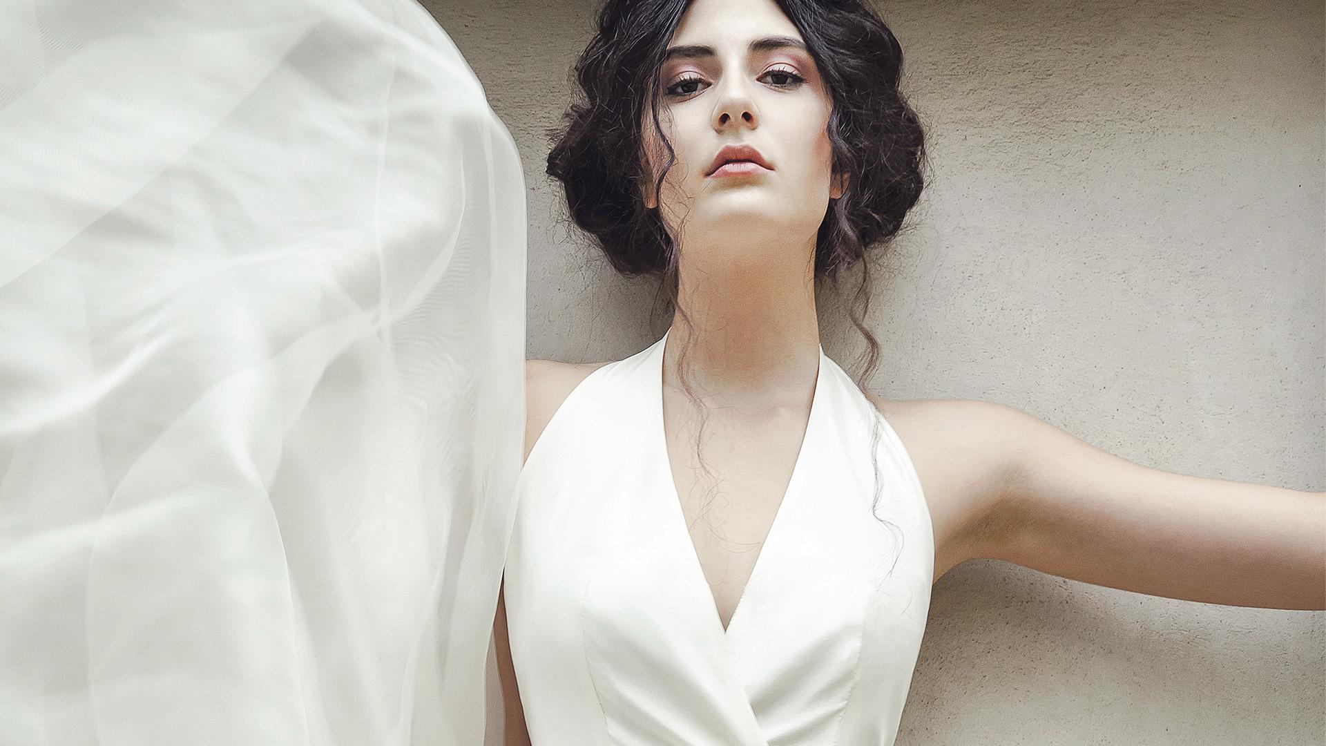 Dunkelhaarige Braut mit weißem Bratutkleid